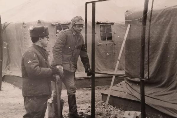 На опушке леса за 30-километровой зоной отчуждения Мансаф Каримов (с лопатой в руке) устанавливал военный городок