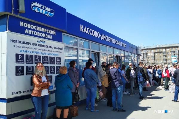"""Кассово-диспетчерский пункт на железнодорожном вокзале Новосибирск-Главный (Дмитрия <nobr class=""""_"""">Шамшурина, 43а</nobr>) — здесь можно купить билет и сесть на автобус. Но очень тесно"""