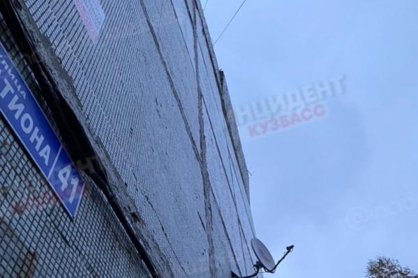 Так выглядит аварийная плита на крыше многоэтажки в Киселёвске