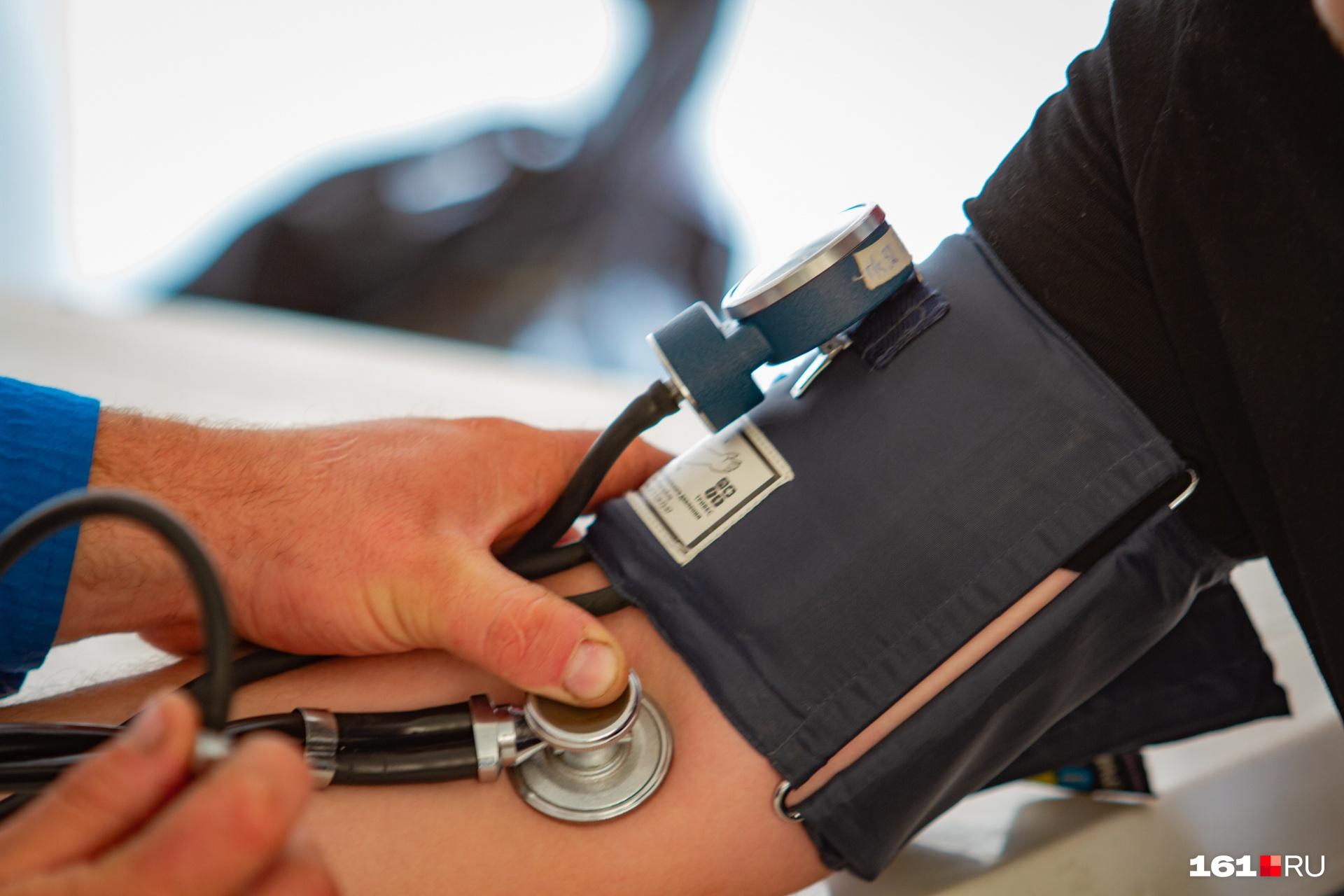 Перед вакциной людей будут осматривать врачи