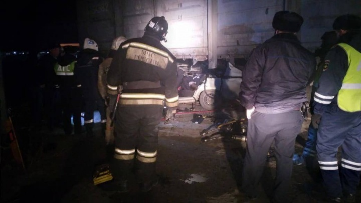 Под Новосибирском «Жигули» залетели подстоящий напутях вагон— два человека погибли наместе