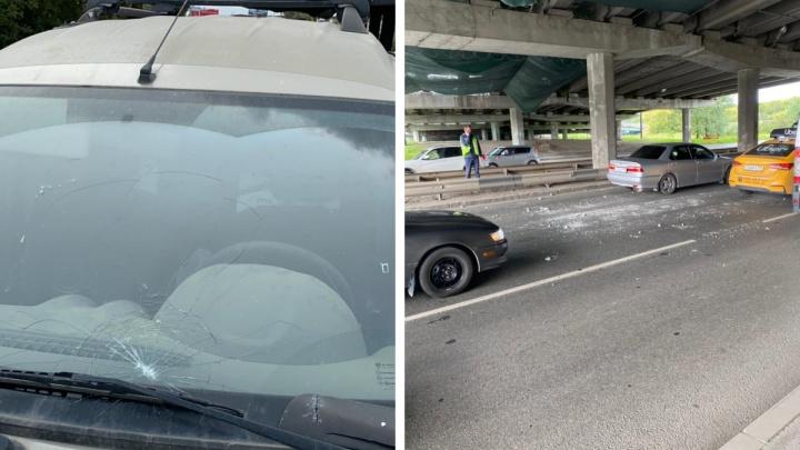 Рухнувшие с моста на Луганской булыжники разбили автомобиль