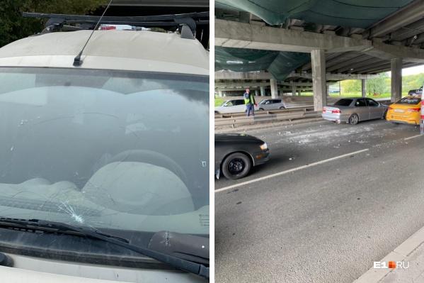 Булыжники, упавшие с моста, разбили Lada Largus