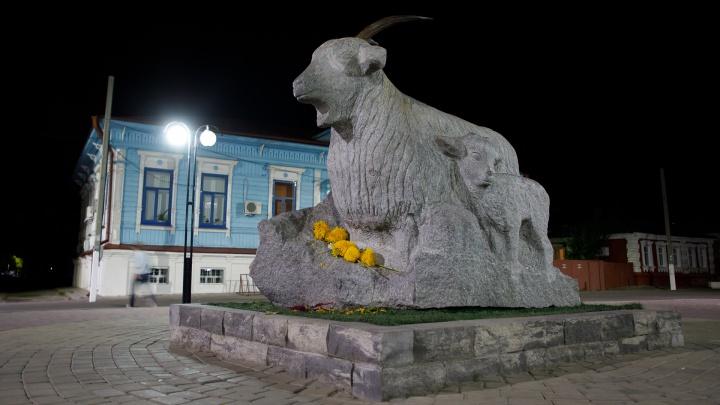 «Это всё Ивлеева»: в Волгоградской области треснул знаменитый памятник козе
