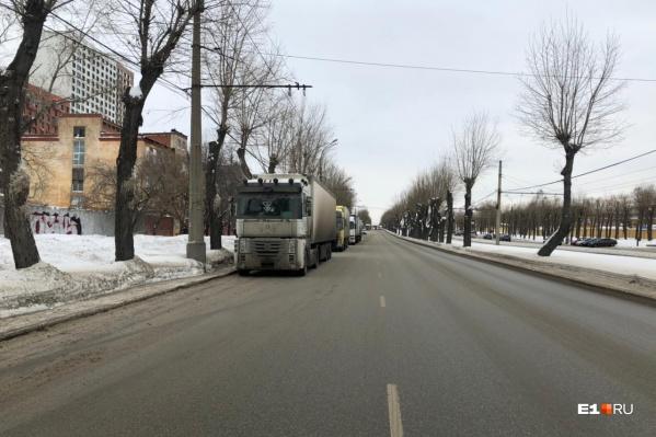 Чистить правую полосу проспекта мешают припаркованные фуры