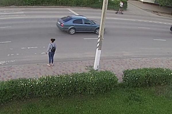 Молодой человек быстро ехал по полосе для общественного транспорта