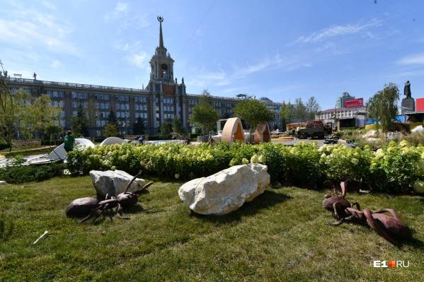 Сейчас в саду идут последние приготовления к открытию фестиваля