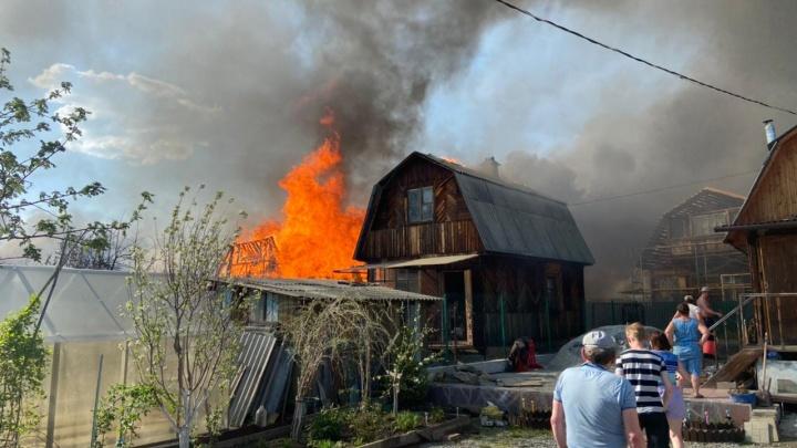 На Чусовском тракте сгорело 13 домов: онлайн