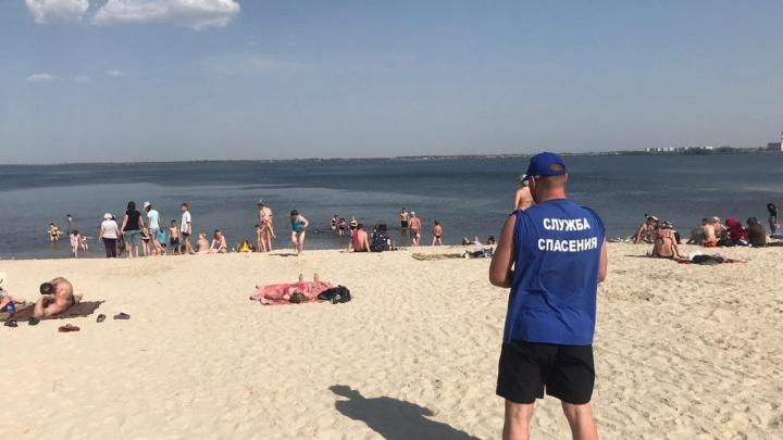 В Челябинске вывели спасателей на пляжи до официального открытия купального сезона