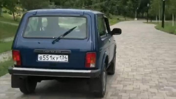 Снова парк, снова «Нива»: в Волгограде нашли еще одного лихача, прокатившегося по пешеходным аллеям