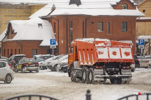 Пока ярославцы ломают ноги и бьют машины на колдобинах, кто-то зарабатывает на зиме