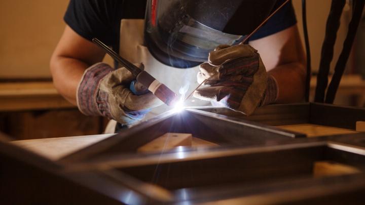Слесарю — 75 000, токарю — 95 000: на уральском заводе открыли рабочие вакансии с отличными зарплатами