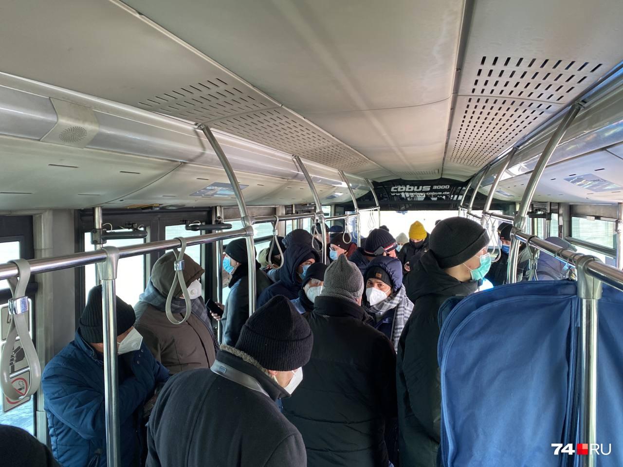 Пассажиры, отказавшиеся продолжать полет в такую погоду, пока сидят в автобусе