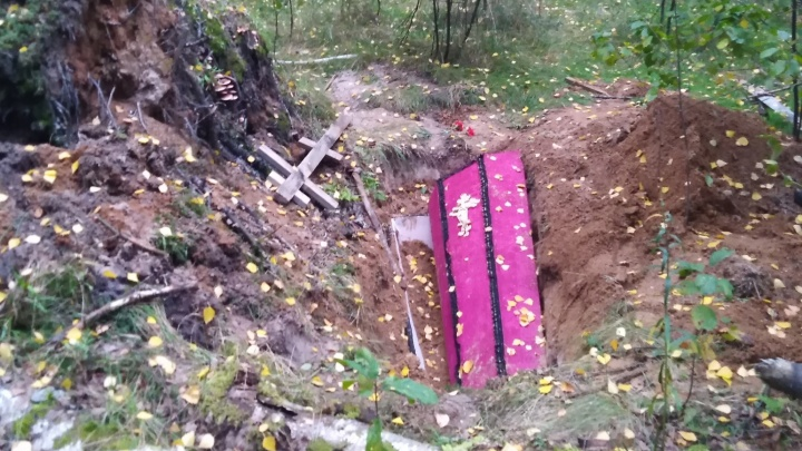 «Ходить в лес небезопасно»: под Ярославлем грибники наткнулись на гроб с крестом