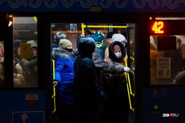 Среди причин, почему заболеваемость вновь растет, — нагрузка на общественный транспорт в морозы<br>