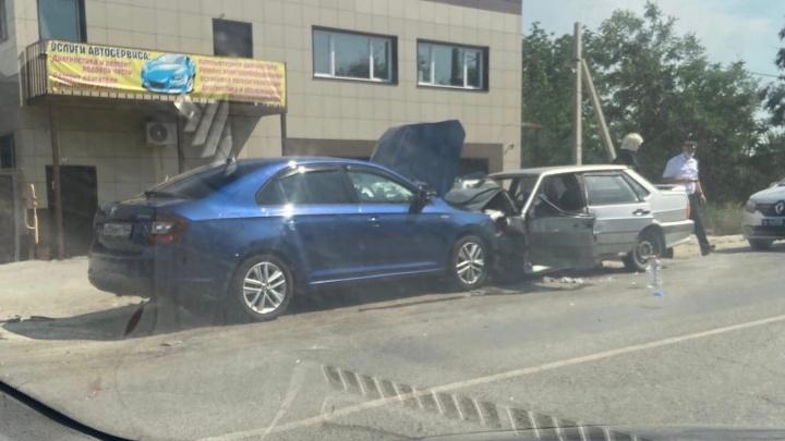 «Они друг в друга целились, что ли?»: в Волгограде два автомобиля столкнулись на обочине