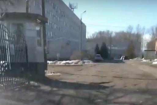 На въезде на территорию детской больницы — одни ямы