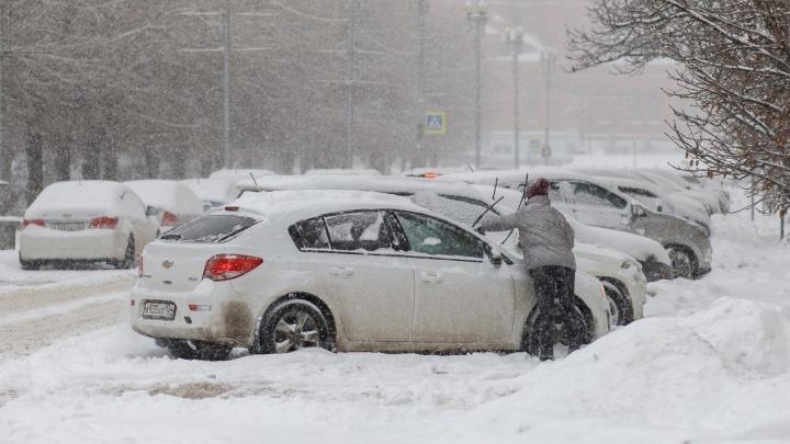 «Работаем без перерыва. Организовано постоянное дежурство»: Волгоградские дороги и магистрали накрывает метелью