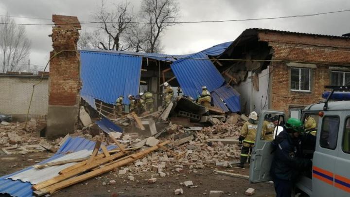 Двухэтажный дом обрушился в Сальске, под завалами ищут двух человек — МЧС