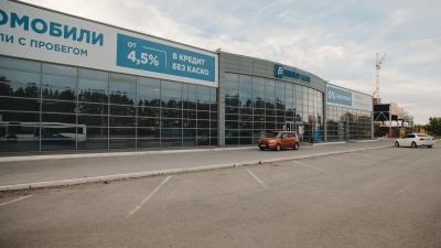 """Тюменцы массово жалуются на автосалон <nobr class=""""_"""">в бывшем</nobr> здании ГИБДД. Люди считают, что <nobr class=""""_"""">на них</nobr> повесили грабительские кредиты"""