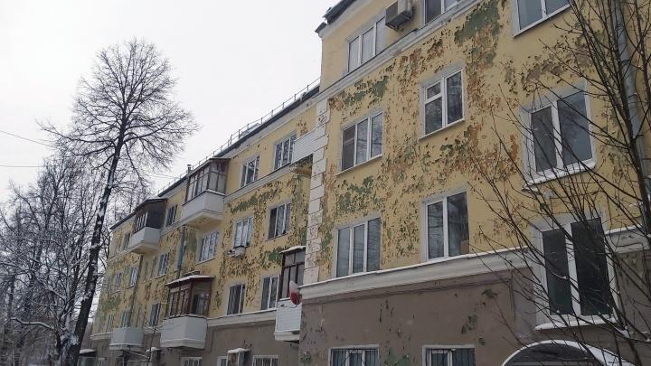 «Краска отвалилась, по стенам пошли трещины»: жильцы жалуются на капремонт в доме на Комсомольском проспекте