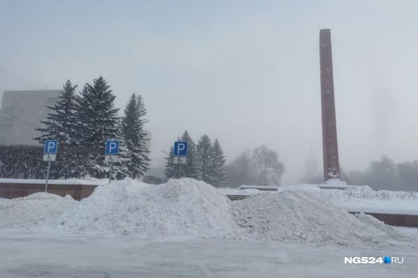 Вся площадь теперь — большое хранилище снега