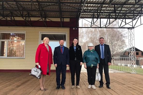 Оксана Фадина (в центре)