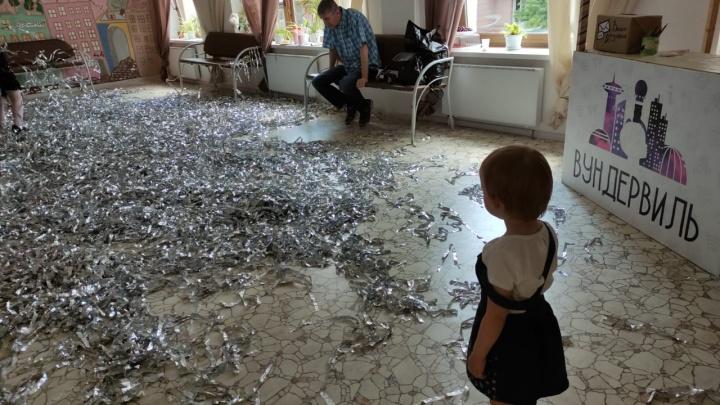 В Екатеринбурге в детском клубе на двухлетнего ребенка упал шкаф