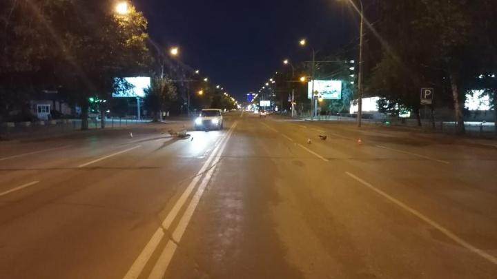 Ночью в центре Новосибирска автомобиль сбил мужчину на самокате