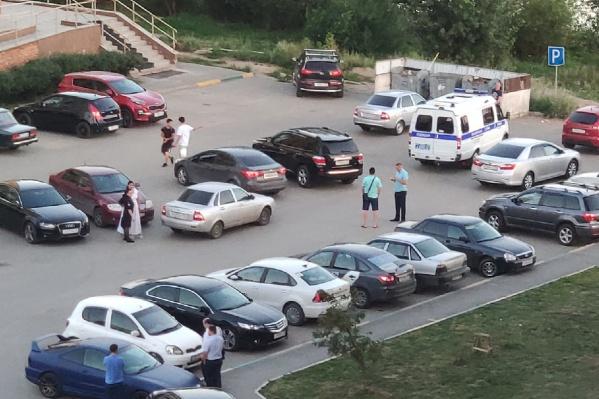 Полицейские и следователи опрашивают людей в окрестностях Лесобазы