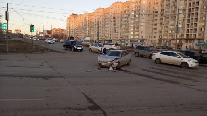 Остановил только столбик: серьезное ДТП в Волгограде попало на видео