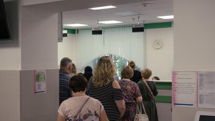 У больниц — очереди скорых, на поликлиники — вал жалоб. Мы их объехали и посмотрели, что происходит на самом деле