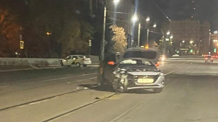 В центре Челябинска два такси попали в ДТП, пострадали пассажиры