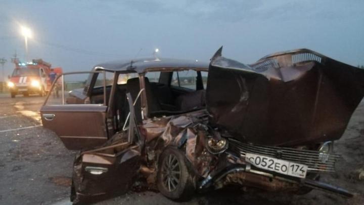 Под Челябинском семья на «копейке» разбилась в ДТП. В больницу увезли женщину и двоих ее детей