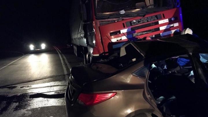 «Двое сразу умерли»: Hyundai попал под грузовик на трассе под Тольятти