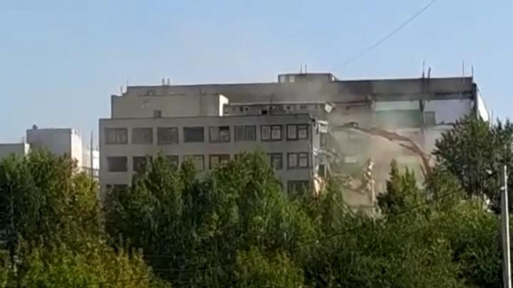 На Уктусе начали сносить здание крупного завода. Видео