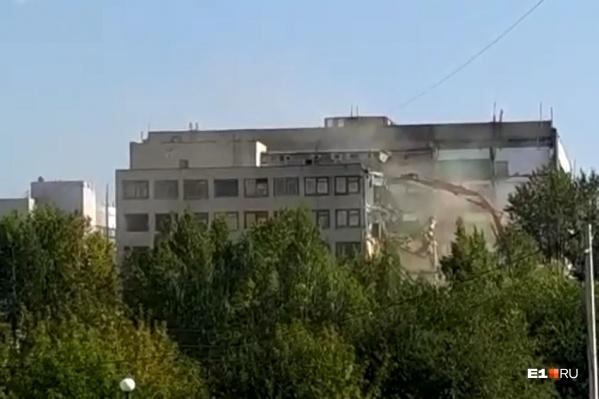 Огромное здание завода начали сносить