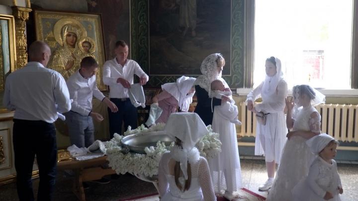 «Лёша справляется, а про Вику я молчу — она идеальная мама»: в Волгограде крестили братьев-четверняшек