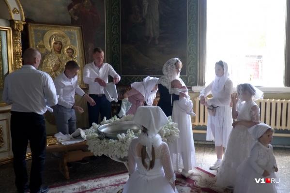 Вместе с малышами крестили и одного из крестных