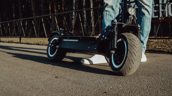 Тоболяк на электросамокате вылетел под колеса Lada Vesta— он в тяжелом состоянии