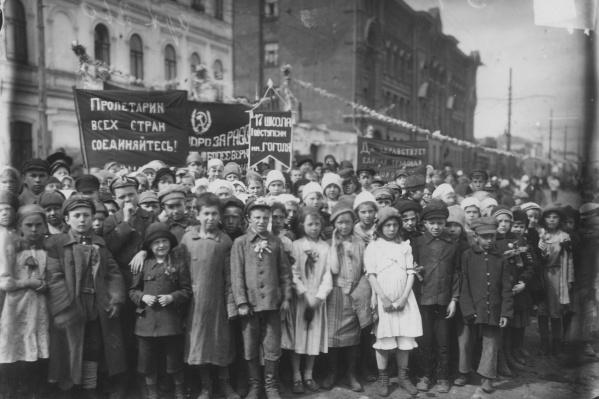 """30 апреля 1923 года. Оставшиеся в живых после страшного <a href=""""https://63.ru/text/gorod/2020/01/27/66457567/"""" target=""""_blank"""" class=""""_"""">голода</a> 1921–1922 годов в Поволжье дети на праздничной демонстрации выглядят маленькими взрослыми"""
