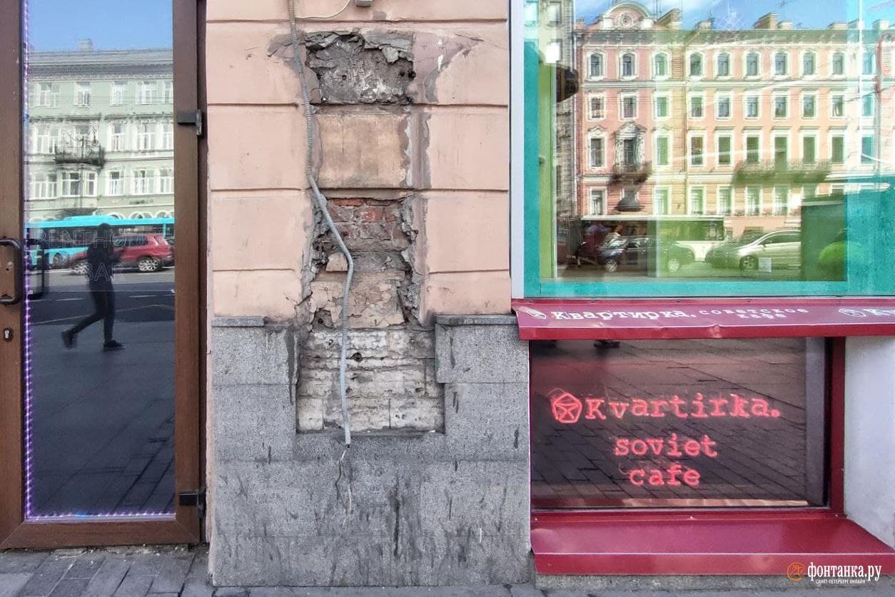Остатки таксофона на Невском, 51<br /><br />автор фото Михаил Огнев / «Фонтанка.ру»