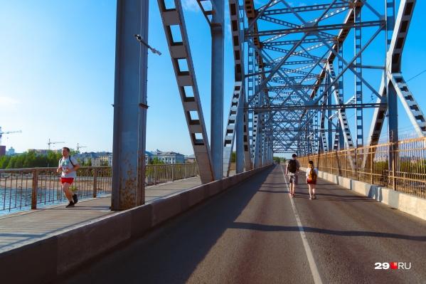 Когда на мост запрещают выезжать автомобилям, на проезжую часть спокойно заходят пешеходы