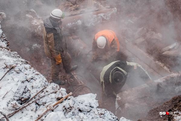 Рабочие ищут причину аварии