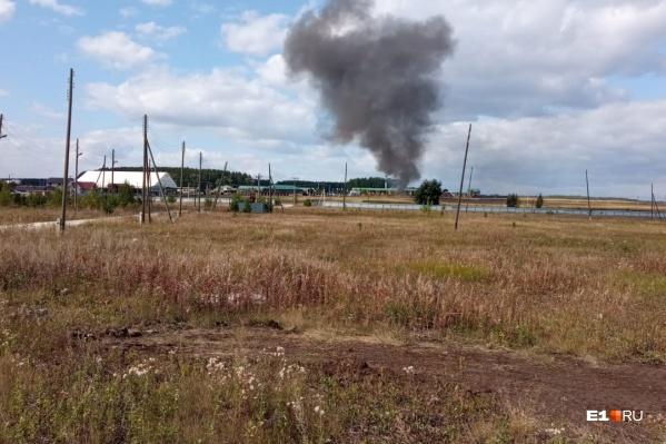 """На месте пожара работают 2<nobr class=""""_"""">3 сп</nobr>асателя и десять машин"""