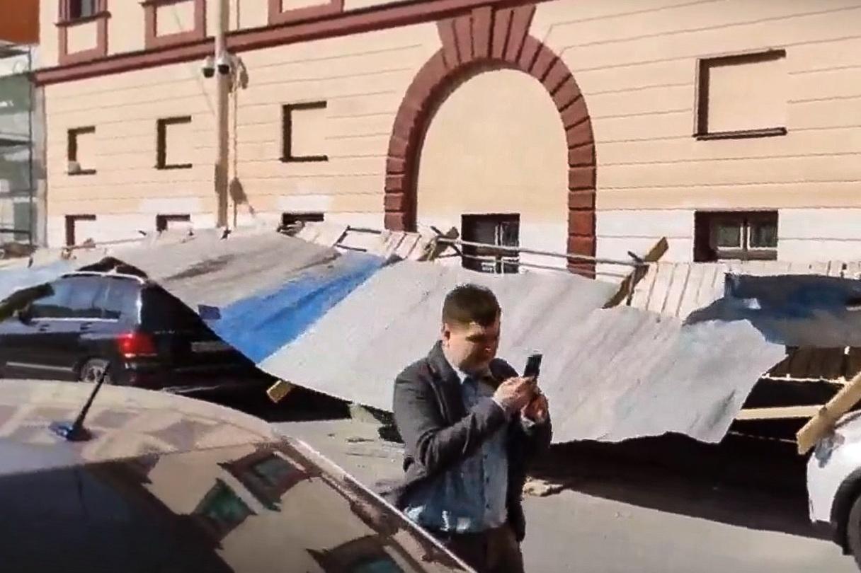 Рекомендую отреагировать молниеносно. Петербуржец месяц предрекал падение строительных лесов на Грибоедова