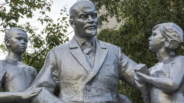 В Кировском районе Волгограда установили покрытый серебром памятник «Ленин и дети»