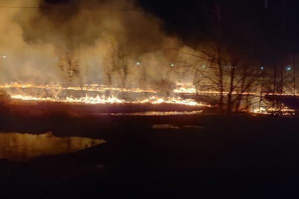 Пожар случился поздно вечером