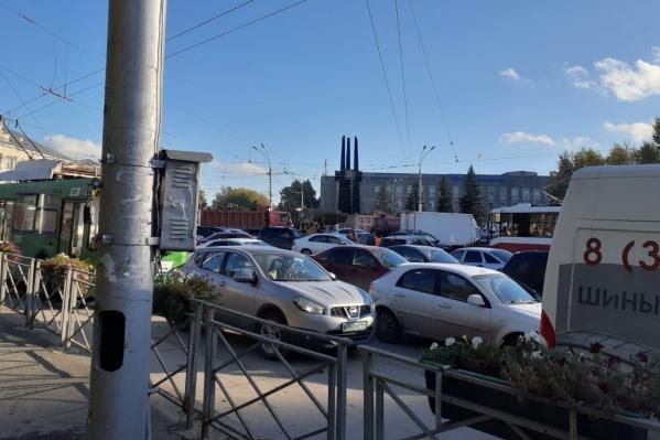 Кто-то не выдерживает и объезжает затор по трамвайным путям