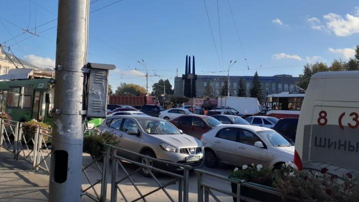 «Стоим просто мертво»: улицу Сибиряков-Гвардейцев ремонтируют — что там сейчас творится в час пик